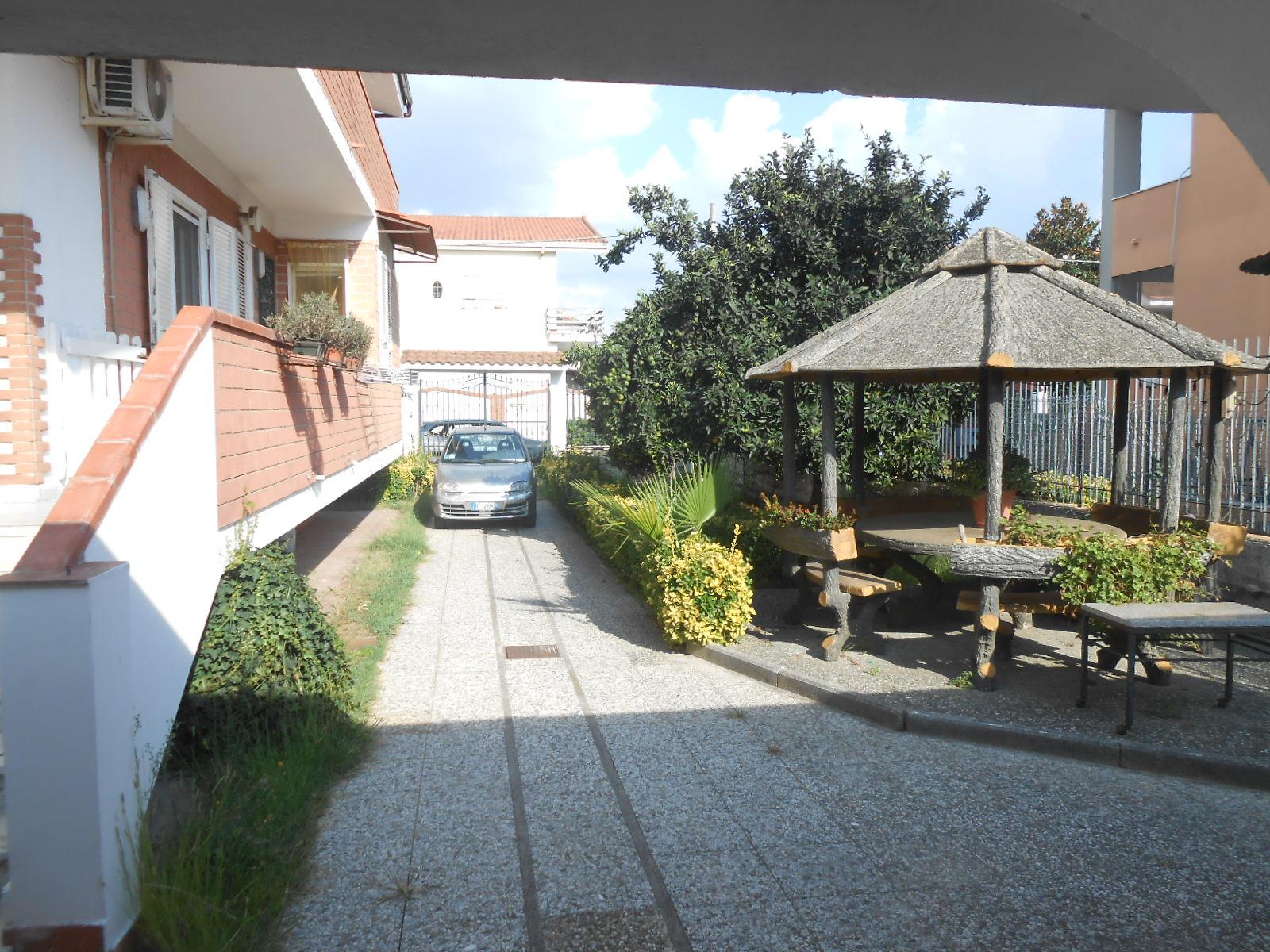 VILLA DIVISA IN 2 APPARTAMENTI IN PARCO Varcaturo Centro