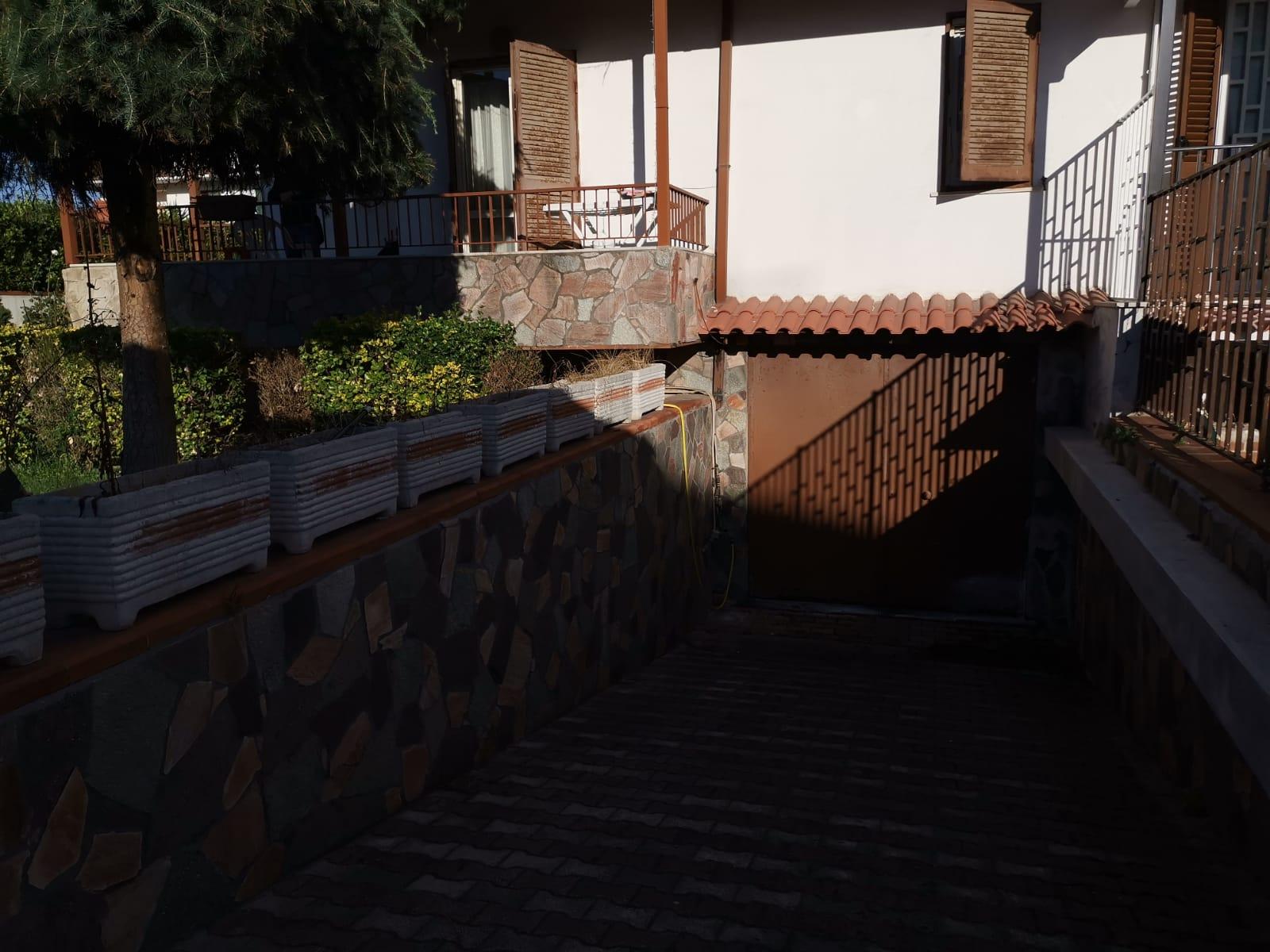 VILLA DA RISTRUTTURARE CON PISCINA Varcaturo-Parco La Torre