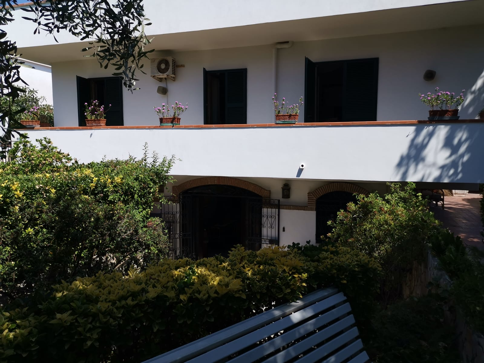 VILLA SINGOLA MONOLIVELLO IN PARCO Varcaturo Centro Rif 34286