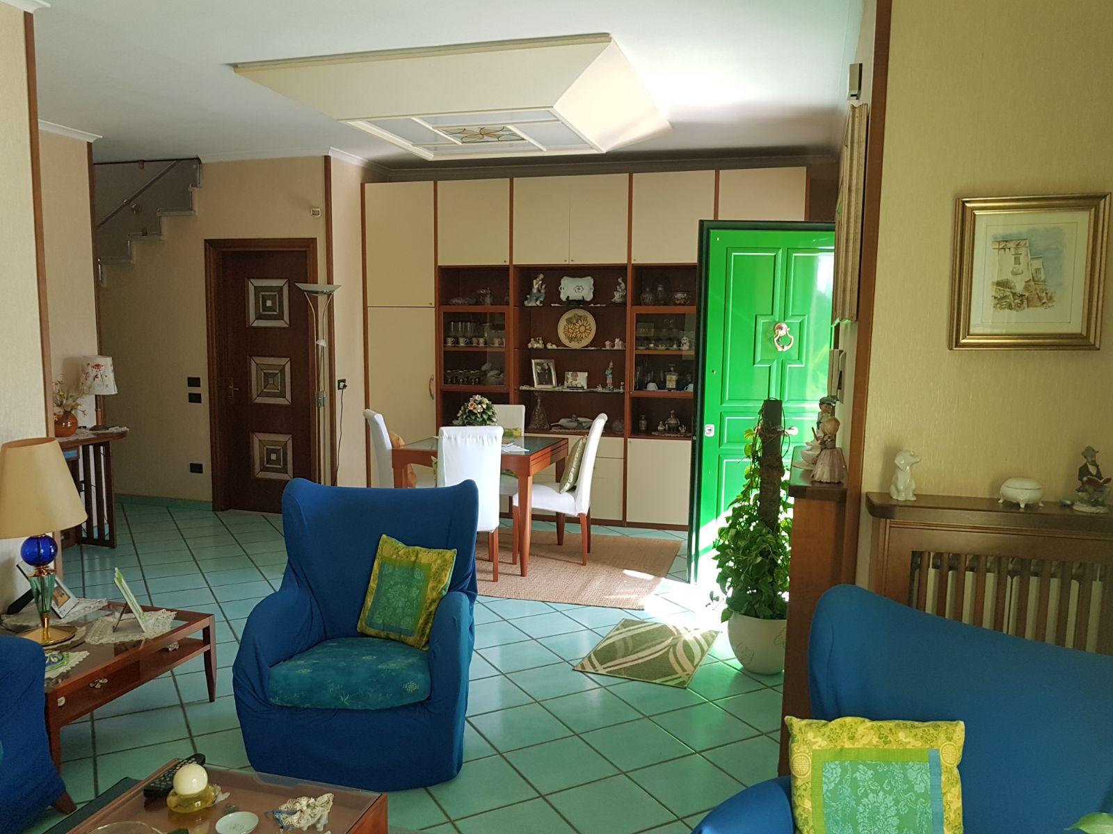 VILLA 2 LIVELLI+TAVERNA E GARAGE IN PARCO Varcaturo Centro Rif 30025
